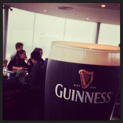 A pint of Guinness with fantastic music in the Gravity Bar. Awsomeness party! #tbex Storehouse Lovedublin Beer Tbex Guinnessstorehouse Travel Gravitybar Dublin Guinness Tour Bier Gravity Reisen Slàinte Travelblog Travelblogger