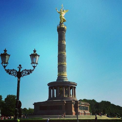 Strahlender Sonnenschein  an der Siegess äule Berlin gleich gehts los mit dem skater rennen