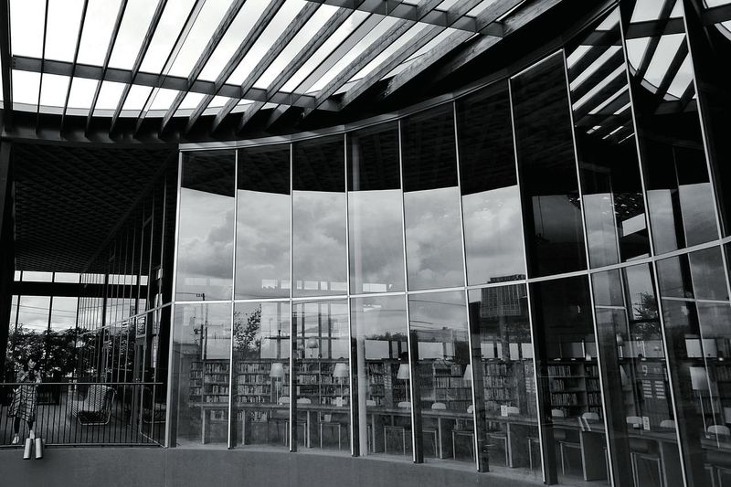 規則的な物が好き。だけどときどき寂しくて、自然が足されると暖かくほっとする。Monochrome Photography Library Sky Women