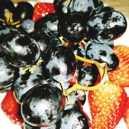 Erdbeeren Erdbeeren 🍓😋 Weintrauben 💫 Hintrgrund Multi Colored Table Close-up