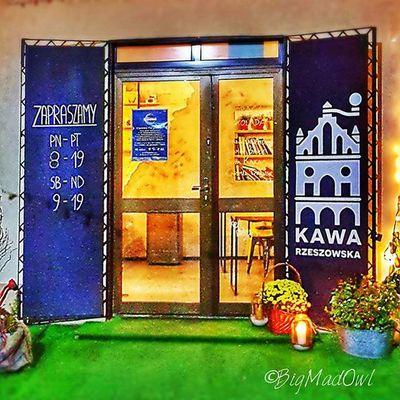 Jest takie magiczne miejsce w Rzeszowie, gdzie już od progu przywita Cie niesamowity zapach kawy, przy której niekończące będą tematy rozmów, a kawa pobudzi zmysły i popieści kubeczki smakowe. Wiec spotkaj się w Kawie Rzeszowskiej a przekonasz się jak smakuje prawdziwa kawa. Fot. @BigMadOwl Jesttakiemiejsce Rzeszów Kawasamasięniezrobi Rzeszów Coffee Coffeetime Barista Aeropress Mobilnakawiarnia Kawa Instamood Instagood Instalove Instacoffee Igersrzeszow Kawarzeszowska Coffebreak Coffeetogo Coffeelove Love Photooftheday Happy Bestoftheday Instamood Herbata kawasamasieniezrobi kawiarnia chemex syphon aeropresscoffee kawaswiezopalona spacer kawa pysznie