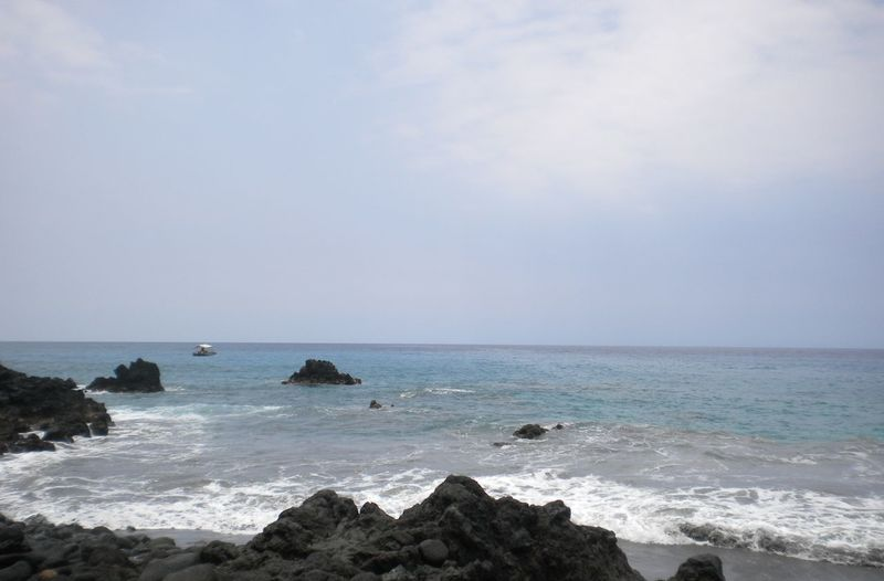 Beach Coastline Distance Escapism Hawaii Horizon Over Water House Boat Ocean Outdoors Power In Nature Rippled Rocks Scenics Sea Seascape Shore Sky Surf Tranquil Scene Vacation Landscapes With WhiteWall Kiomi Collection Water Waterfront Wave