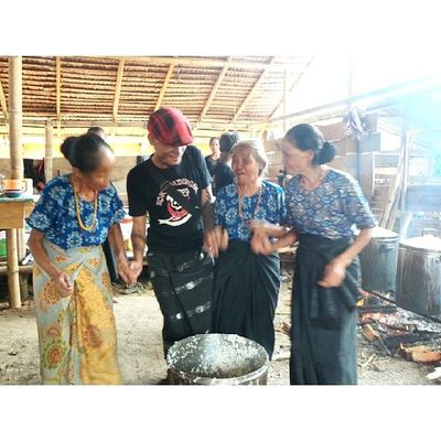 Menari bersama mama-mama di dapur umum di pesta Rambu Solo' (pesta kematian) Aluk Todolo Randanbatu Toraya DiscoverIndonesia Indonesianculinary Traditionalfood localdellicacy localfood worldstreetfood instanesia instafood indo foodforchange spicy travel foodstagram culinaryadventure fooddiplomacy TRIBAL indonesia