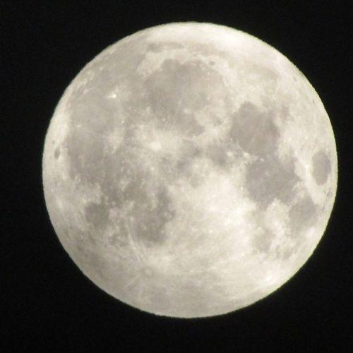 No hay mejor manera de terminar el día, teniendo de visita y frente a mi balcón a esta hermosa Luna. Lalunadeale