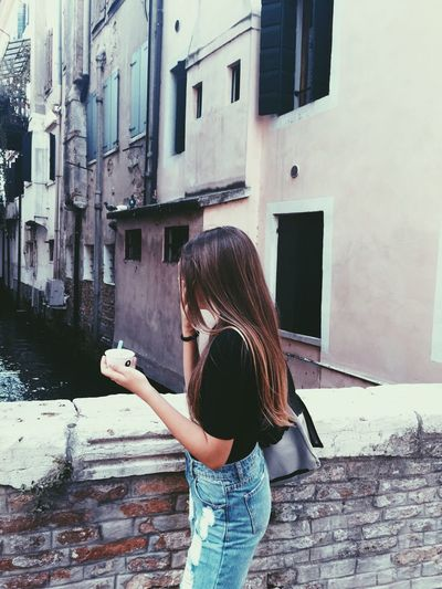 Fashion Building Exterior Built Structure Real People Architecture Itaca Fashion&love&beauty Foto Ragazza Lifestyles Standing Filtro Cm Photo She Holding Outdoors Leisure Activity Day Treviso Shooting Style One Person Bionda Stile Fotografia -CM
