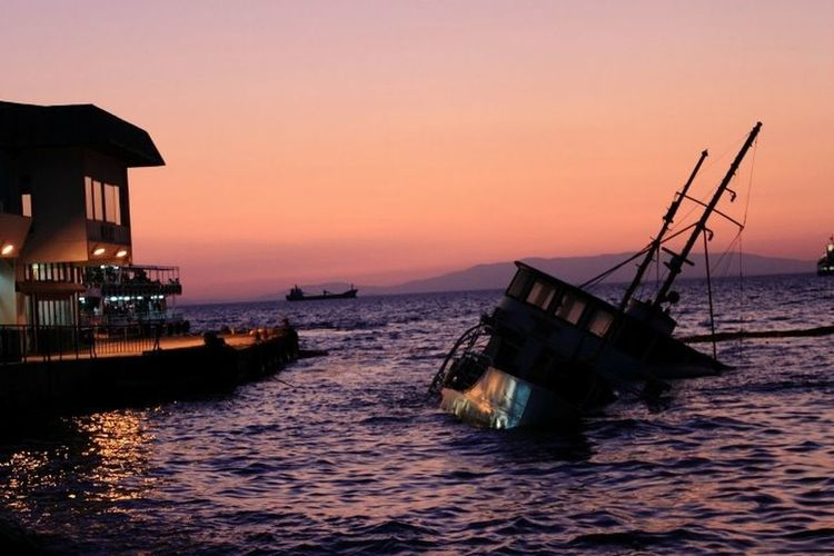Izmir Vapur Sunset Ferry Shipwreck Check This Out Taking Photos Sunset Silhouettes Sunsetmadness Sunset_collection