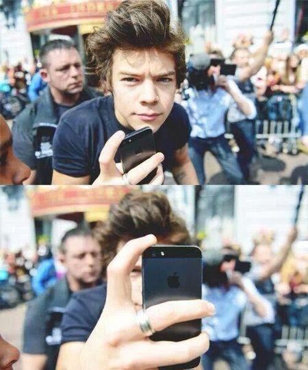 """-c'est qui lui ? -Lui ? C'est mon idole. Je ne vois que part lui. Non, je ne suis pas une groupie. Je suis juste une Directioner qui a une préférence pour lui, pour Harry. Rien que son prénom """"Harry"""" ou même """"Harold"""", me fais fondre sur place. Cet homme est l'un des plus beau sur cette planette, avec ou sans maquillage. Harry est mon modèle même si je suis une fille. Il est juste parfait. Enfin, non. J'aime Harry pour ces imperfections mais il reste parfait. Je l'aime. Pas d'un amour pour mon idole mais d'un amour pour mon héro. Il m'a sauvé la vie, plusieurs fois. Et je ne pourrais jamais lui dire, mais je continue à l'aimer de tout mon coeur."""