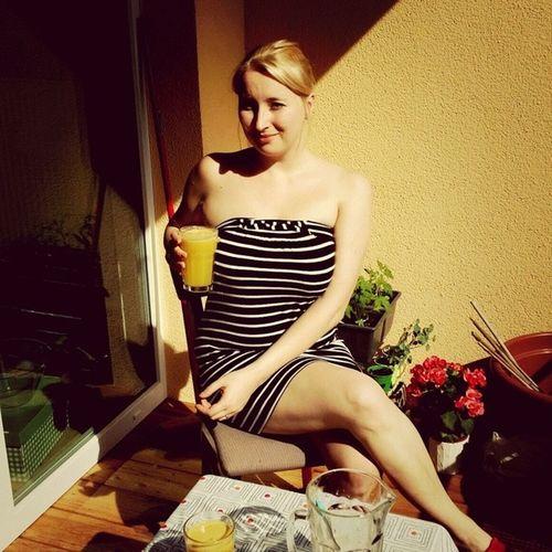 Sonne Genießen mit Lecker selbstgemachtem Saft  orange gurke Balkon Sommer