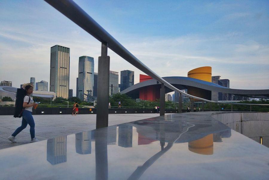 深圳我来了 Architecture Built Structure Modern Reflection Building Exterior City Sky Skyscraper Outdoors Real People Lifestyles Day Full Length Cityscape One Person People