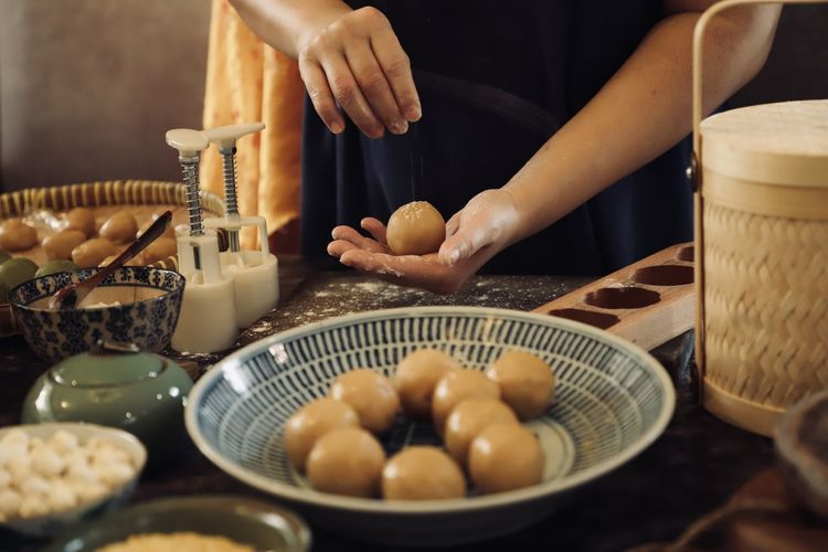 Making yue bing, the traditional baked mooncake