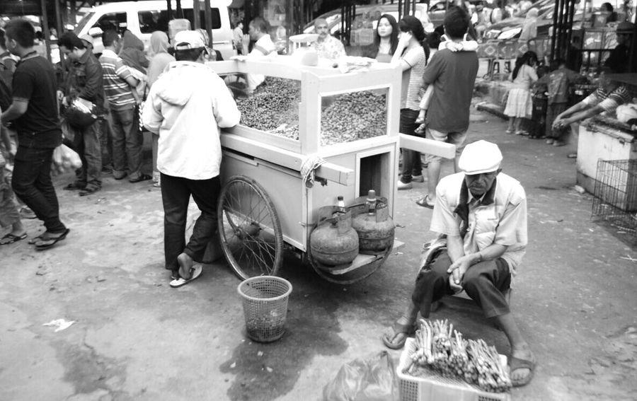 Human Interest Blackandwhite Daily Life Selling Seller Street Photography EyeEm Indonesia EyeEmIndonesiaKu EyeEm Gallery Travelensa