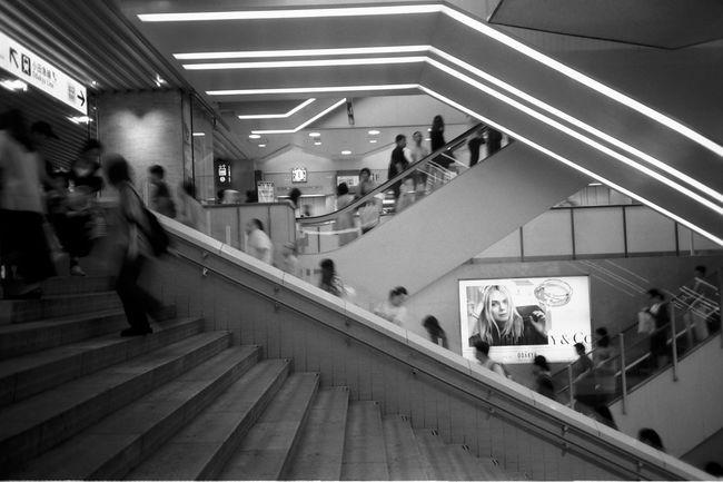 フィルム フィルム写真 Zuiko 白黒 Streetphotography モノクロ B&w Blackandwhite Olympus XA2 AcroS Neopan Film 新宿 Steps And Staircases Staircase Walking Steps Women Public Building Architecture Built Structure