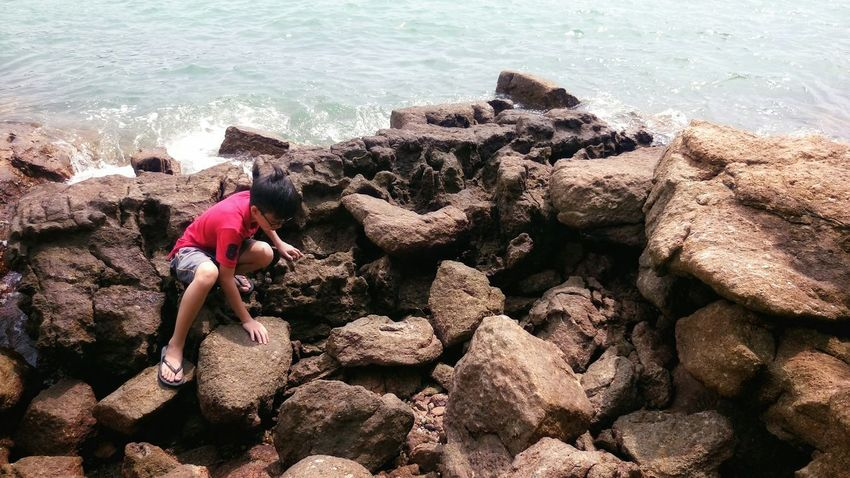 Trying to catch up with everybody, but also catch up on sleep :) Rocks Water Beach Sea Island Traveling Exploring Mobilephotography Pangkor Perak Malaysia On The Road Looking For Adventures Having Fun Children People Play Natural Light Portrait