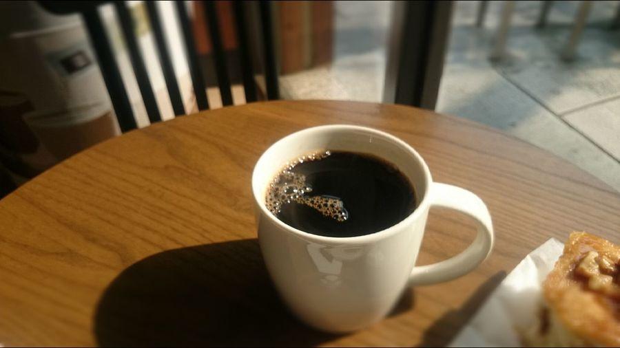 陽光下來杯咖啡 ,又隨機抽中免費咖啡一杯~真是一個令人愉悅的早晨! BrewedCoffee Good Morning :)