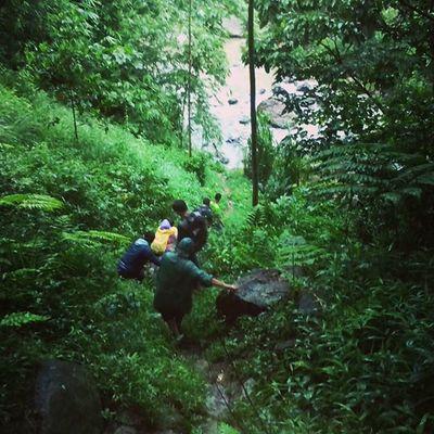 """Berbagi ilmu kanuragan back2nature alias """"Adventure"""" bersama rekan advance provider sebelah (sebut saja Tree) ke Curug Yang masih perawan Tink.. . Jelajah_indonesia Jejak_pendaki Jejakpetualang Back2nature Curugdengdeng Id_pendaki Explorebogor Airterjun Indosat_adventurer Indonesiabagus"""