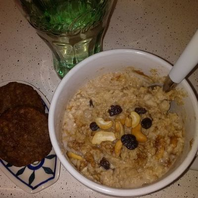 Cinnamon raisin nut swirl oatmeal, vegan sausage, & apple cider vinegar water. *Drink the apple cider vinegar water every morning before eating. Helps you lose weight, regulates your blood sugar, and prevent enamel erosion in teeth. -Oats -Cashews -Raisins -Almond Milk -Cinnamon Raisin Swirl Peanut Butter -Stevia Eatyourcolors EatHealthy Eatright Eatclean EatTheRainbow Farmacy Veganfoodporn Healthyfoodchoices Healthychoices Healthyfoodporn Vegansofinstagram Vegan Veganism Vegansofig Veganfoodshare Whatveganseat Fitspiration Fitchick Food Breakfast Yummyyummy