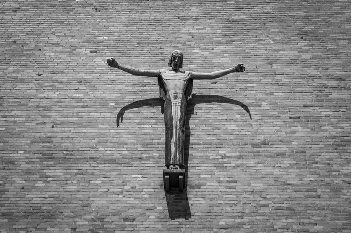 Arme Arms Arms Outstretched B&w Backgrounds Black And White Brick Wall Close-up Full Frame Jesus Light And Shadow No People Sculpture Skulptur Wall Wall - Building Feature
