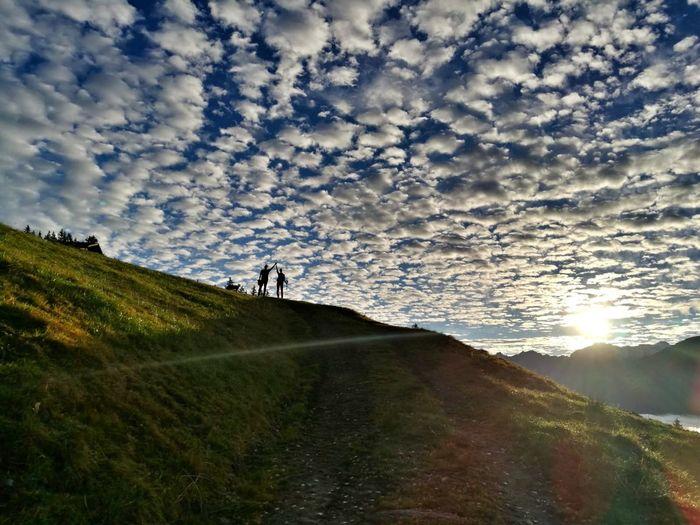 Glück ist, die schönsten Augenblicke zu teilen 😍 Wunderschön Gemeinsam Zusammen Mountain Togetherness Sunset Adventure Sky Cloud - Sky Landscape Hiker Dramatic Sky Hiking