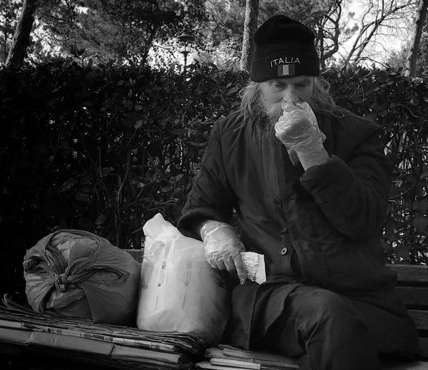 Glove man Rome Streetphotography Blackandwhite Shootermag Portrait Park Shootermag_uk