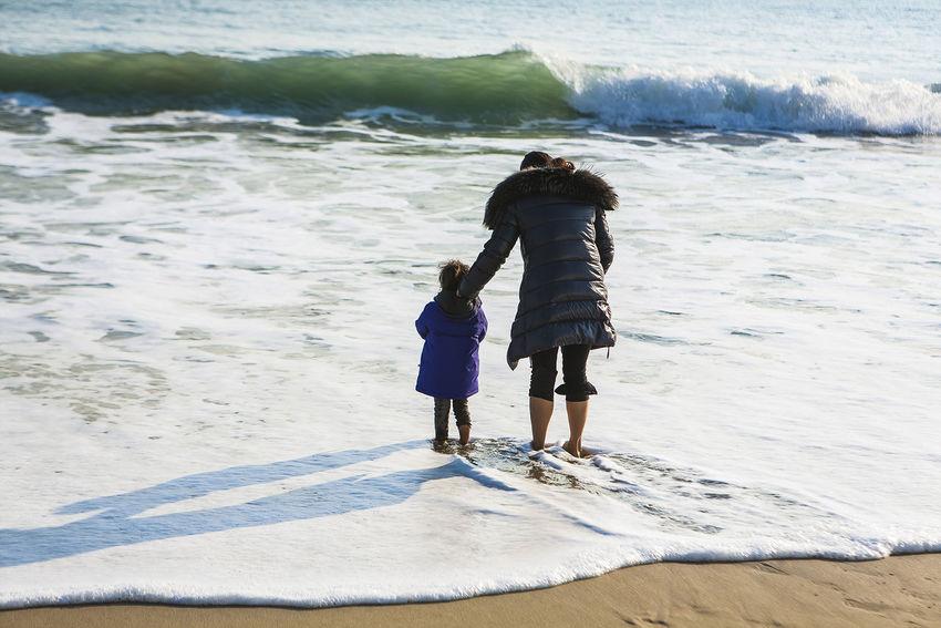 Haeundae Pusan Beach Sea Korea Surge Cool Mother And Daughter Put In Water Seaside