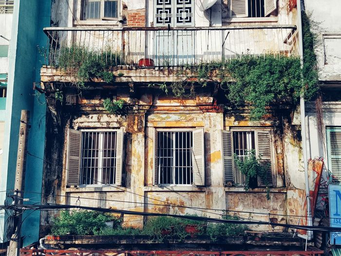 Ngày nào cũng đi ngang qua. Hôm nay mới để ý là nó rất đẹp. Window Architecture Built Structure Building Exterior No People Day Outdoors Vintage Old Buildings Old Architecture Windowpane Mornings Still Life StillLifePhotography Past Time Vintage Building PhonePhotography TheWeekOnEyeEM Note5photography