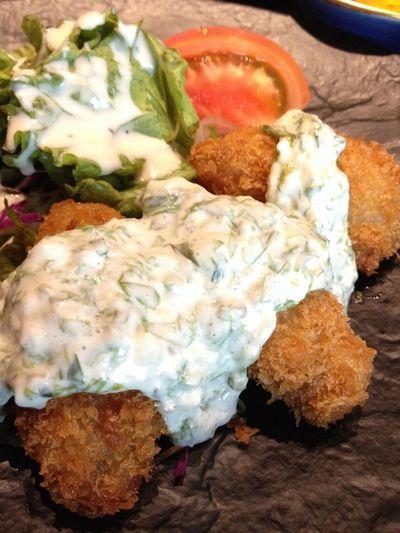 うどんを食べに来たはずがカキフライ定食に。青のり磯タルタルが面白い。小鉢×2諸々付いてお値打ちの980円。