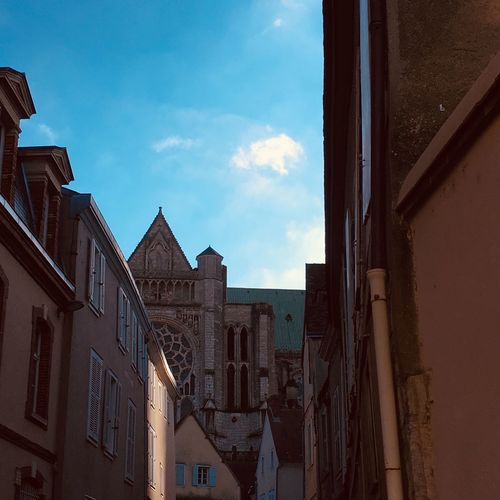 cathédrale Architecture Built Structure Building Exterior Building Sky Cloud - Sky City Residential District Window Outdoors Day Nature House No People Sunlight Blue Low Angle View Reflection Travel Destinations City Life