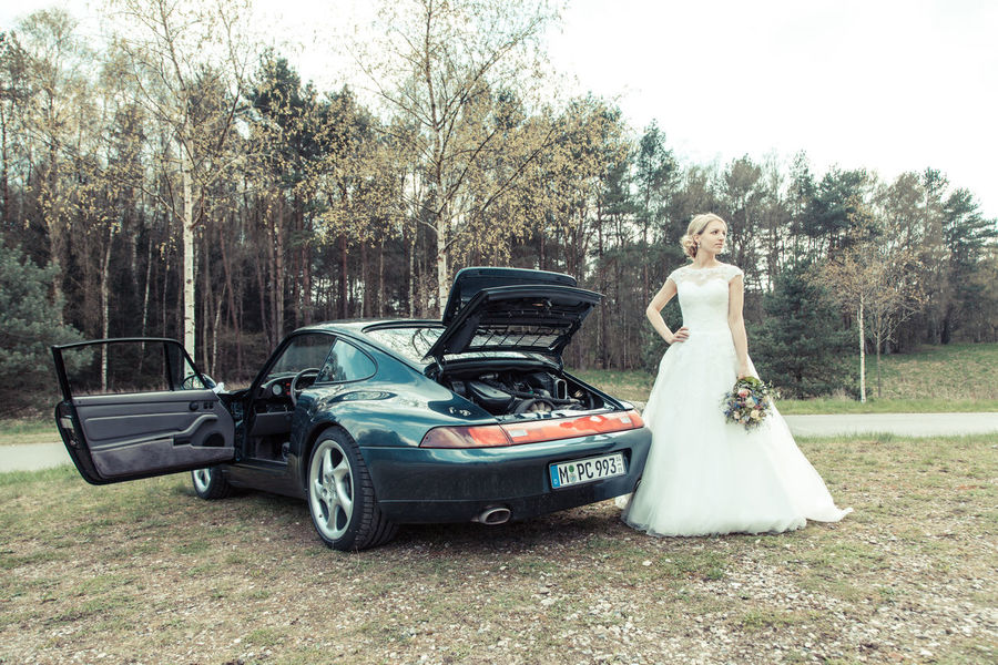 Hochzeit II Adult Adults Only Beautiful People Blond Hair Bride Car Day Evening Gown Full Length Glamour Hochzeit Nostalgia Old-fashioned One Person One Woman Only Only Women Outdoors People Porsche Portrait Transportation Wedding Dress Women