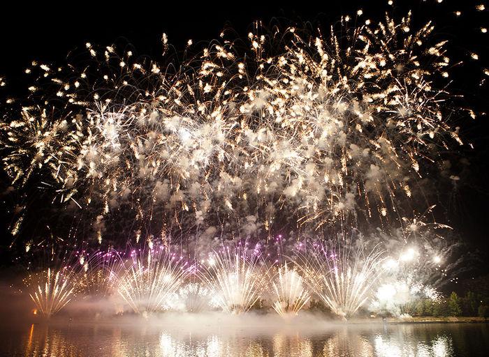 Holidays Beuatiful Moscow Celebration Event Firework Firework Display Fireworks On River Glowing Illuminated Night красивая москва фейерверк фестиваль фестиваль фейерверков