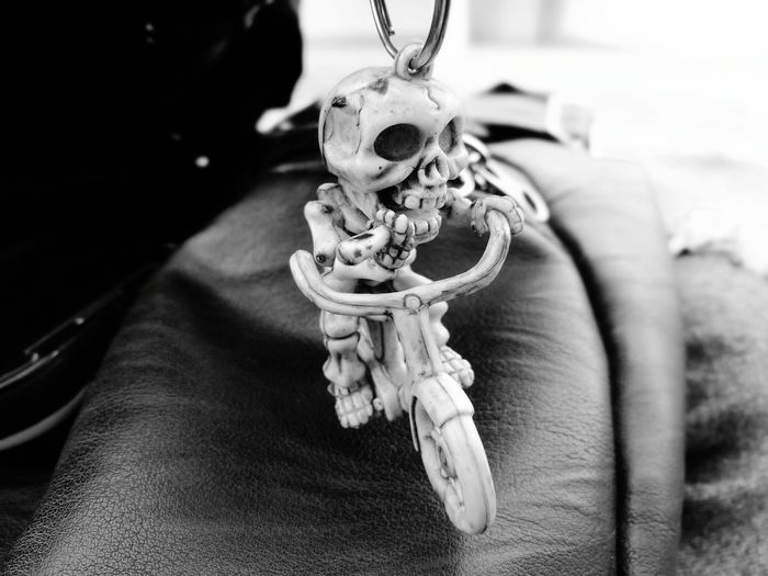 llavero esqueleto en bici 😁 Llavero Esqueleto Llavero Esqueleto EyeEm Selects Hanging Close-up