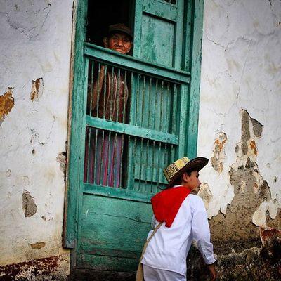 En Herran en Nortedesantander Colombia la juventud pasea por la calle mientras que la vejez desde una ventana la mira pasar. Igworldclub Ig_tachira IG_Panama Ig_merida Instavenezuela Elnacionalweb Venezuelapaisajes Instanature Gf_daily Venezuelacaptures Everydaylatinamerica Everydayeverywhere Gf_colombia IG_GRANCARACAS Igerscolombia Colombian