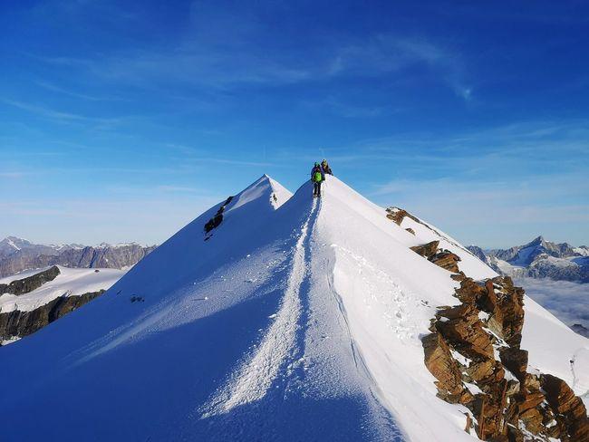Si sale finalmente sulla cresta, che segna il confine tra la Valle d'Aosta ed il Vallese svizzero. Mountain Ridge Snowboarding Snow Cold Temperature Winter Ski Holiday Mountain Full Length Clear Sky Men Adventure Snowcapped Mountain Deep Snow