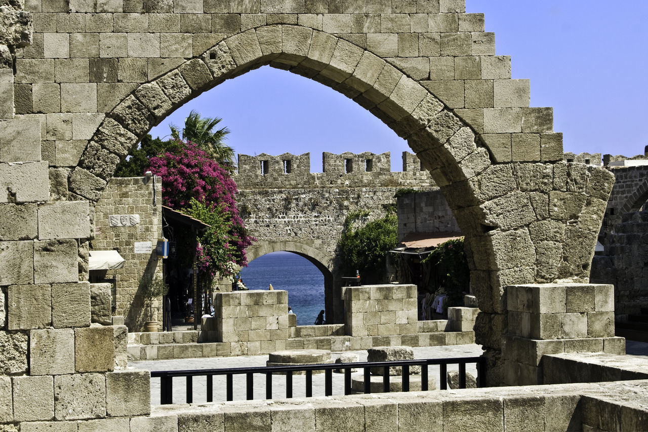 arch, architecture, built structure, history, old ruin, day, outdoors, clear sky, memorial, building exterior, no people, sky, tree