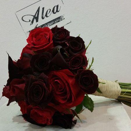 Sí quiero. Alea Bridalbouquet Sposa Milano Milan Italia Italy RamoDeNovia Bodas Bride Rosas Calas Rojo Red Rosso Negro Nero Black Aleafloristerias Inspiration Tatoo Gotico Gotic Lovemyjob
