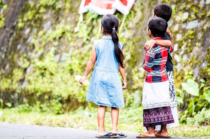 Bali Bali, Indonesia Balinese Balinese Life Friendship Friends Streetphotography Street Photography Kids Kidsphotography Friends ❤ Kids Being Kids Freunde Friendship. ♡   Baliphotography Telling Stories Differently The Photojournalist - 2016 EyeEm Awards The Street Photographer - 2017 EyeEm Awards