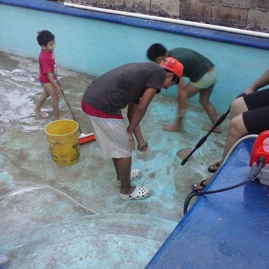 Ellos MAS Agua MAS Mangera : Su Vida Entera Okno Ellos Lavando La Pisina Y Yo Tomandoles Fotos Para Ayudarlo :3