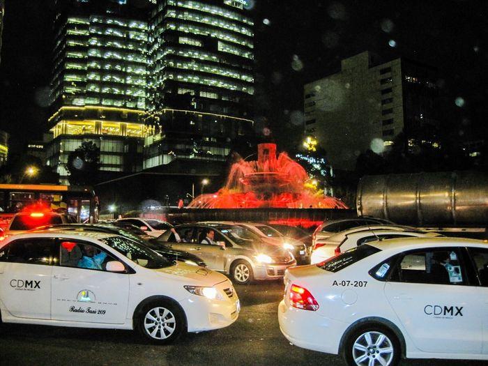 City Life Nightphotography CDMX. Diana Cazadora Noche Fotography Taxi Fuente