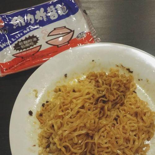 雖然賣相極致地醜陋 卻是滿滿的台灣味 不要再餵我吃三明治了:D 維力炸醬麵 Instanoodle 台灣味
