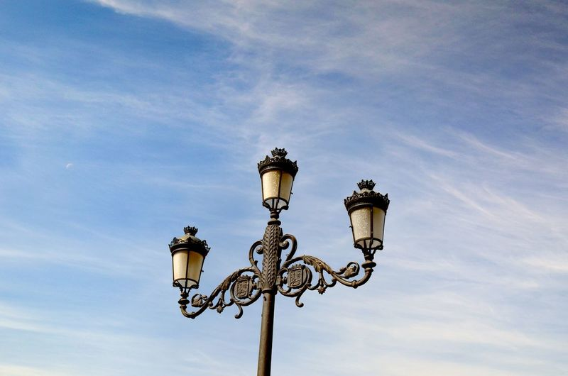 EyeEmSelect Farola Farolas De Luz  Paisaje Con Farola Cielo Y Farola Stadium City Arts Culture And Entertainment Street Light Floodlight Lighting Equipment Sky Street Lamp Lamp Post