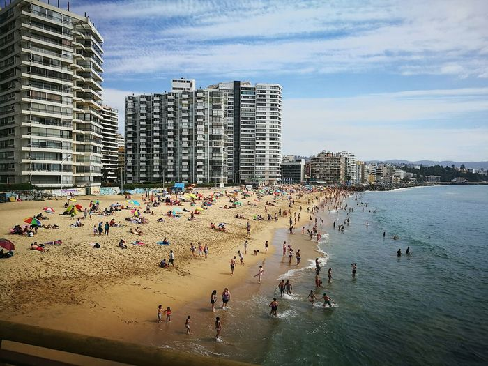 hermoso día frente al mar 🏊 #beuatiful #VistaMaravilhosa #viñadelmar #muellevergara Architecture Beach Built Structure Vacations Building Exterior Large Group Of People