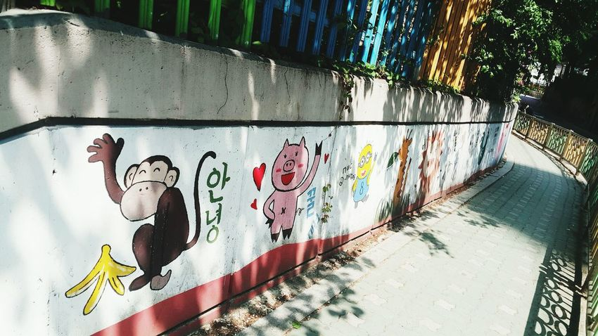 Children's Art Gallery. Wall Painting Description ; Monkey saying Hi! ☺ in Korean , Piggy saying OINK🐽 in Korean + Minion saying something in their language... maybe Banana!!!!! Wall Art Korea Photos Ordinary Day Seoul, Korea Mobile Photography April 2016 Street Photography