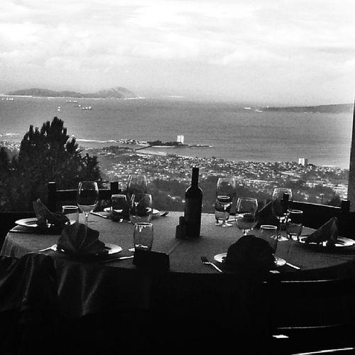 La Mesa está lista, hora de comer con Vistas a la R íadeVigo, en el MonteCepudo . IslasCies