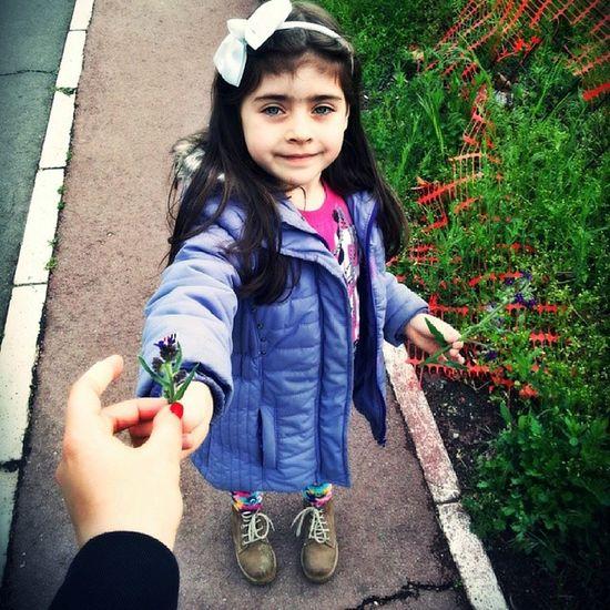Meni moje dete ubralo cvet ♥♥♥ Iva Flower Ljubav Moja meni ubrala cvet divandan beautifulday saturday popodnevna setnja mygirl mylife mylove myall loveher pretty adorable cutie blueeyes tetkino