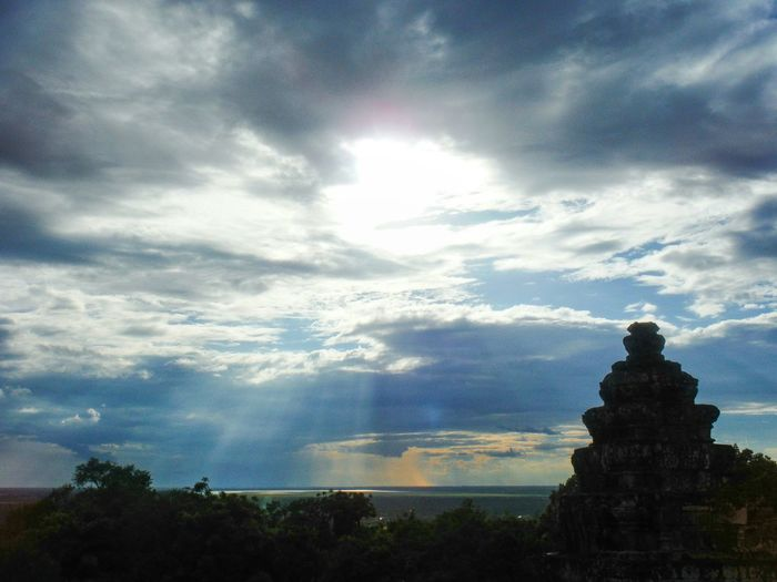 Sunset at the top of Phnom Bakheng Angkor Wat, Cambodia Angkorwat Angkor Wat Angkor Peaceful Moment Sunset Angkor Wat Sunset Cambodia Siem Reap Silhouette Travel Destinations Travel Cambodia Travel Asia Explore Cambodia Sunshine Cloud - Sky Sky Sunbeam Sunset Silhouettes Phnombakheng Phnom Bakheng Phnom Bakheng Sunset Phnom Bakheng Temple Vista Sun And Clouds