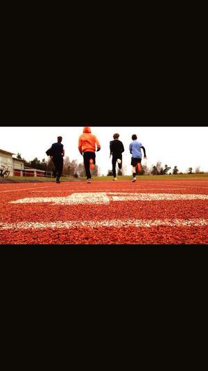 Lagom snabba motionärer springandes i det lagom roliga vädret. Lagom kul. Ifisenpåpär To Battle Närstrid Lightning Mcqueen