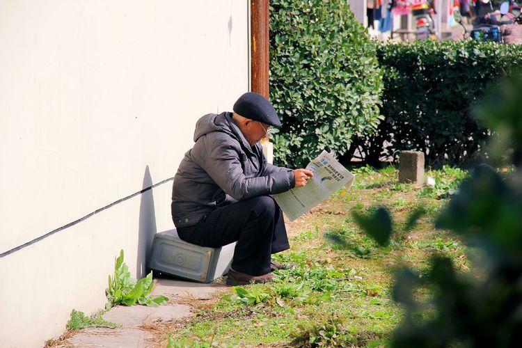 Street Photography Streetphotography People Reading Reading Reading Newspaper Reading & Relaxing Enjoying The Sun Enjoying Nature Enjoying Life ♥ Old Man Meaningful  Sunshine Grass Beside
