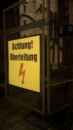 Original Photography Z30 Schild Achtung Hochspannung am Bahnhof bei Nacht High Contrast