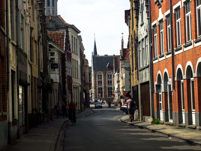 City Street City Street Sky Architecture Building Exterior vanishing point Old Town The Way Forward Townhouse TOWNSCAPE Row House Tiled Roof  Road Marking Passageway Walkway Settlement Diminishing Perspective