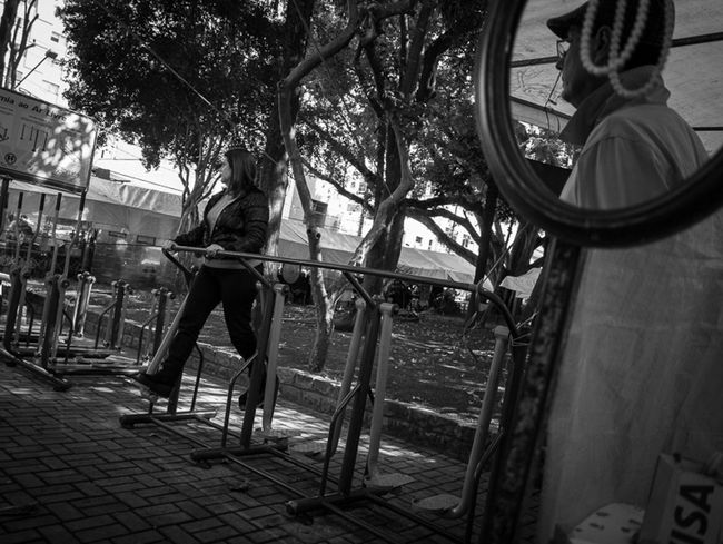 Sao Paulo, Brasil. 2015. ©Gustavo Mondragon ©La Calle Foto. Lacallefoto Saopaulo Streetphotography Streetphotographers Latinstreetcollective Latinstreetphoto Blackandwhite Streetssaopaulo Praça. Benedito Calixto Sao Paulo Streetphoto_bw