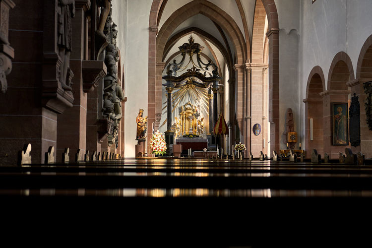 Aschaffenburg Stiftsbasilika Church Arch Place Of Worship Religion Spirituality Statue Architecture Travel Destinations Tranquility Silence Flowers Light And Shadow Darkness And Light Shootermag Lucky's Colors Colors Spirituality Historic Mood Bavaria Melancholy Single Light Source Faith Old Reflection